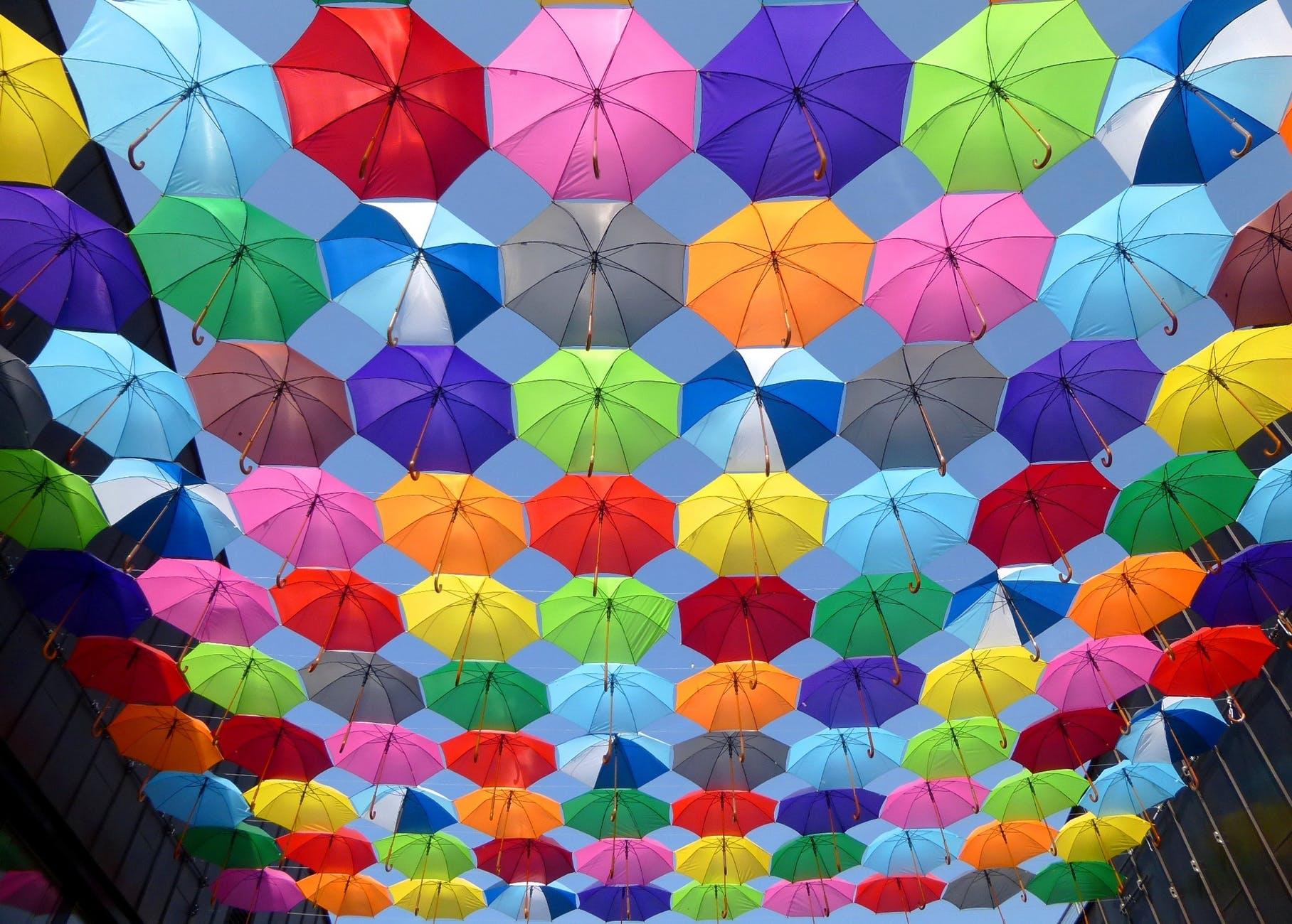 Fargerike paraplyer i luften